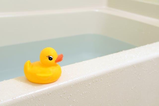 浴槽に水を