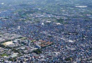 ブルーシートの屋根がつづく-熊本市東区周辺_熊本地震