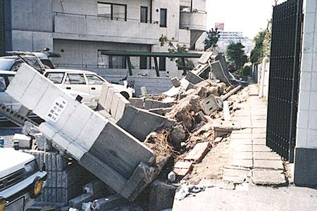 倒壊したブロック塀